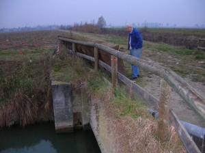 Angelo Favaretto osserva una pesante lamiera appoggiata sul ponte: che ci sta fare qui?