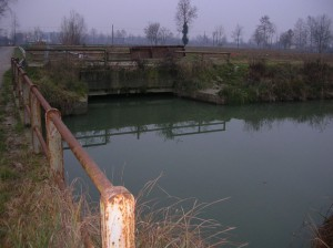 Dal ponte sullo sfondo entra il canale di Favaro nell Scolmatore. Si vede bene la pesante paratoia