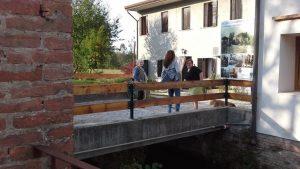 Nicla e Odilla Bonotto davanti alla casa, che è collegata al mulino da quella che una volta era la stalla. Di spalle Lucia Liberatore.