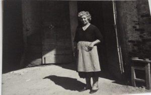 Maria Cremonese, mamma di Nicla e Odilla Bonotto, davanti alla porta del mulino. Anni '60.