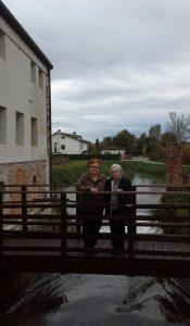 Odilla e Nicla Bonotto sul ponte che conduce al mulino. Si vedono ancora i due fori delle ruote. A destra i pilastri rimasti in piedi della segheria.