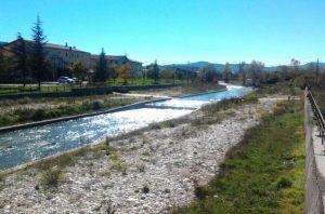 fig. 3 – Altra immagine del fiume Sangro con tre ordini di protezioni cementificate