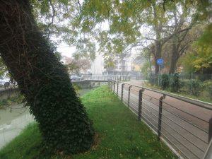 Sullo sfondo la passerella di riviera Luigi Pastro che porta dalla destra fiume del Marzenego, ramo delle Moneghe o della Campana, alla sinistra fiume e su via Circonvallazione.