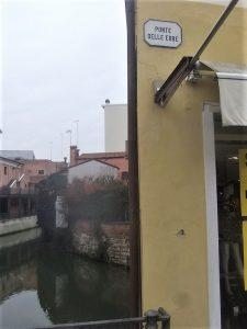 Targa in ceramica a muro sul ponte delle Erbe