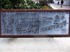 Cartina stradale per ipovedenti installata sulla spalliera del ponte della Campana