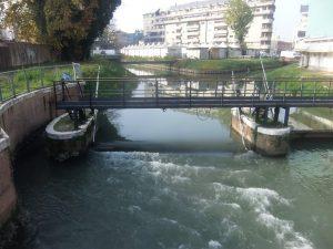 Le paratie sul Marzenego e sullo sfondo la pontara fra i due rami del fiume visti dal piazzale Cialdini