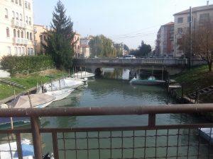 l'inizio del canale Osellino fotografato da piazzale Generale Enrico Cialdini con il ponte di via Cristoforo Colombo