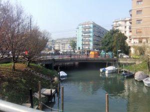 Inizio del canale Osellino dal ponte Cristoforo Colombo (l'Osellino è navigabile per cui si vedono barche e motoscafi ormeggiati)