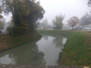 Il Marzenego, ramo delle Beccherie o della Dogana, dal ponte di via Circonvallazione; a destra l'area ex Umberto I° adibita attualmente a parcheggio.