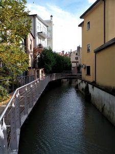 Passerella pedonale in ferro sulla sinistra del Marzenego / Beccherie, dal ponte di via Manin.