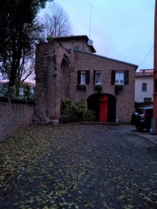 Lacerto delle mura del Castelnuovo in via Giordano Bruno al civico 19, ancor meglio visibile dal piccolo parco fra il civico 23 e il civico 25 di via Torre Belfredo.