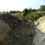 Si vedono i lavori di scavo del fosso quasi scomparso e di consolidamento delle sponde con sassi.