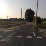 La foto mostra come il fosso quasi scomparso accompagnasse il tracciato della vecchia via Vallenari, una strada di campagna ora tagliata in due dalla nuova Vallenari bis.