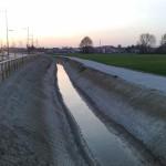 La via Vallenari bis,  il canale consortile e, a fianco, la pista ciclabile