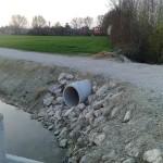 Tubo che riversa l'acqua del fosso nel canale. La via attraversa aree coltivate, nella foto si vede uno dei tubi che intercettano i fossi di campagna.