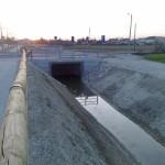 La via Vallenari bis  è ancora in costruzione, si vedono i tubi dei sottoservizi. Sono stati installati allacciamenti per energia, acqua, gas, fognature, più i collegamenti della fibra ottica.