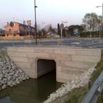 Il canale consortile sottopassa la via Gobbi utilizzando gli scatolari. Non essendo il canale abbastanza ampio, lo scatolare è stato posato in senso verticale per poter mantenere la massima portata.